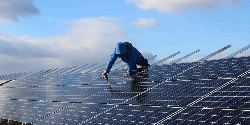 Pose des panneaux photovoltaïques sur le parc solaire d'Espalmade