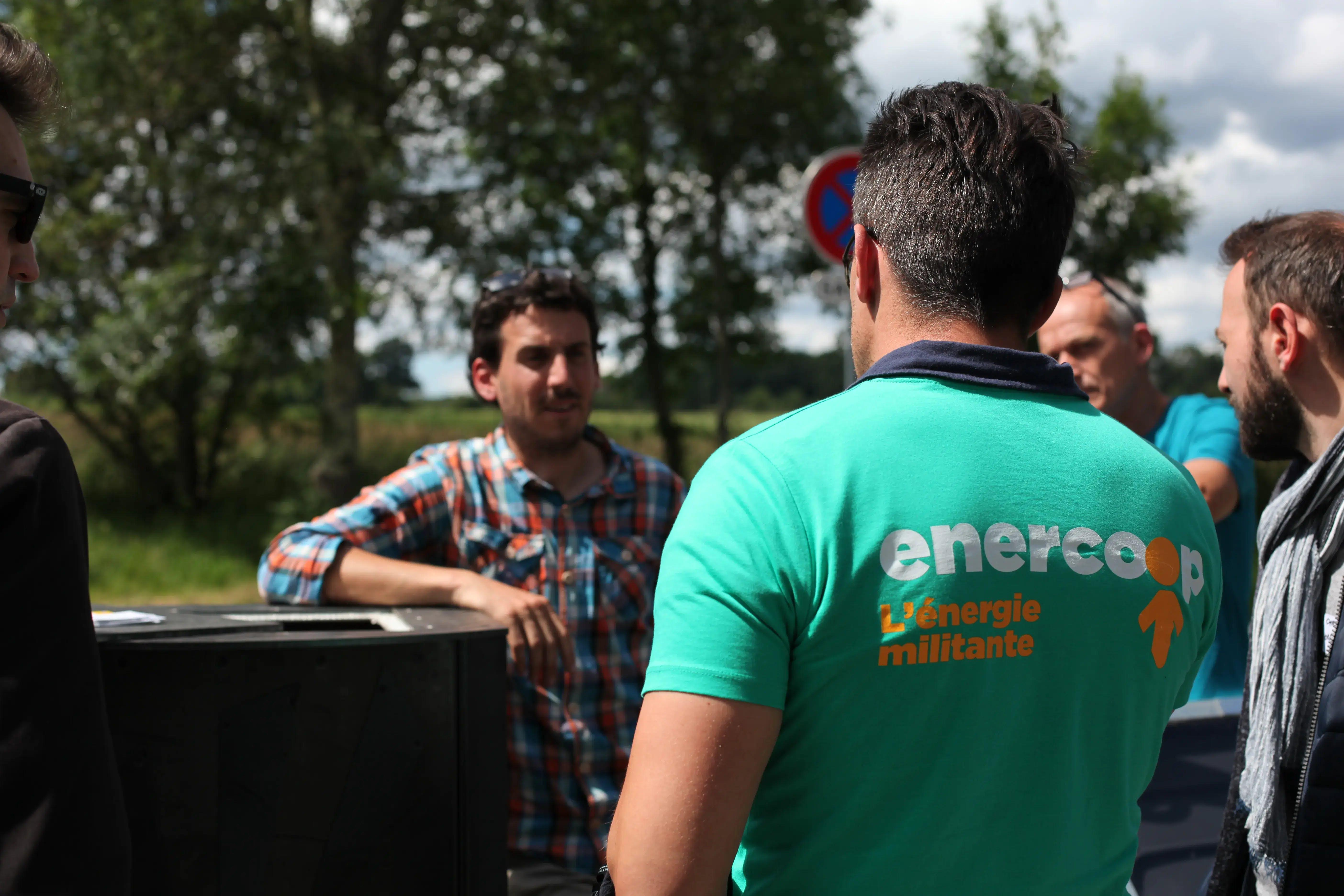 Discussion entre un commercial Enercoop et des clients professionnels