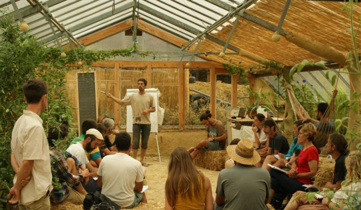 """Regroupement de personnes lors d'un Stage """"Prendre soin du « nous » avec la permaculture sociale"""" au centre agroécologique des Amanins"""
