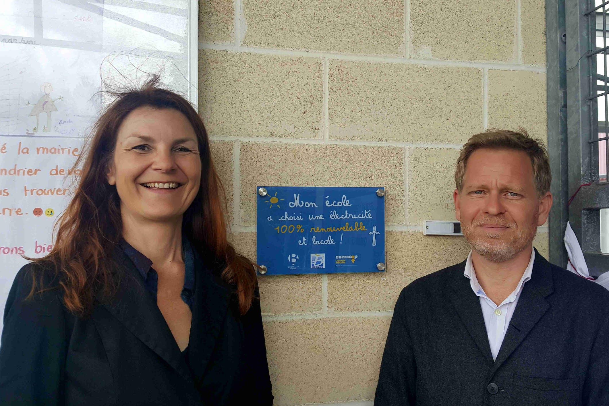 Karine Oudot, présidente d'Enercoop Nouvelle-Aquitaine et Clément Rossignol Puech, Maire de Bègles, devant l'une des écoles publiques de la Ville alimentées par Enercoop. La Mairie est également sociétaire et membre du Conseil d'Administration.