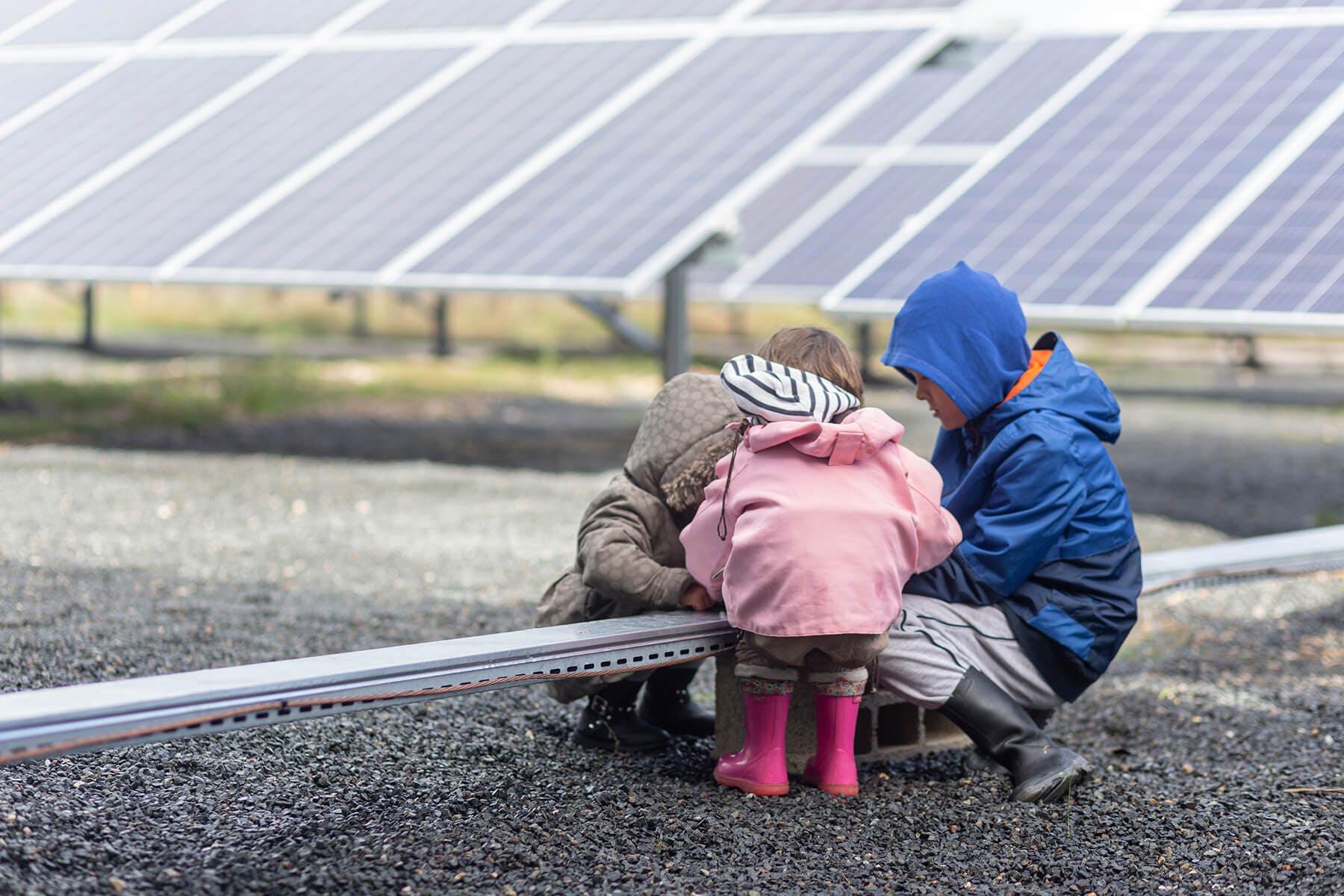 Enfants jouant près d'un parc solaire d'Enercoop Midi-Pyrénées - Credits Sergio Di