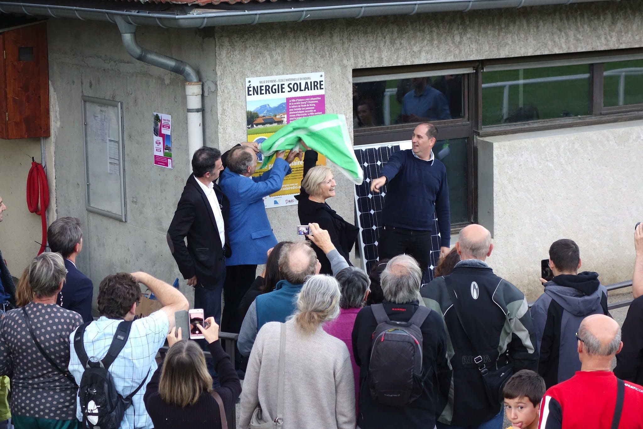Collectif de citoyens devant un nouveau site de production d'électricité renouvelable
