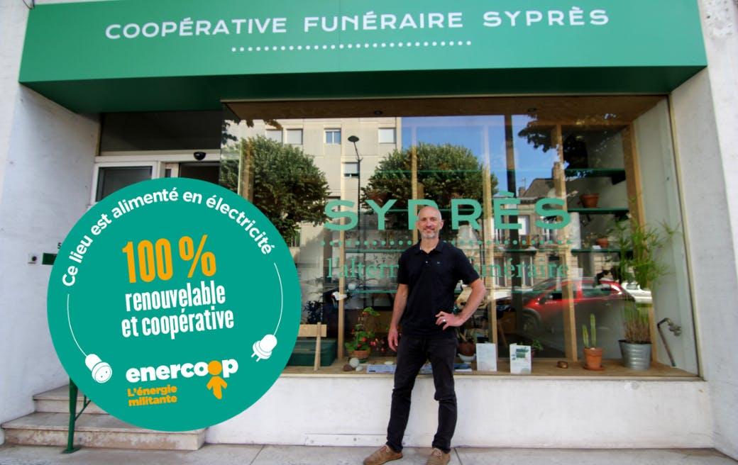 Olivier Gallet, président de Syprès, devant le local de la coopérative funéraire à Talence en Gironde, alimentée par Enercoop