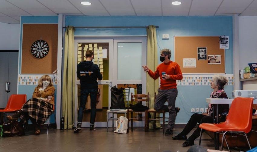 Les sociétaires du groupe local Enercoop rochelais en plein échange - Enercoop Nouvelle-Aquitaine