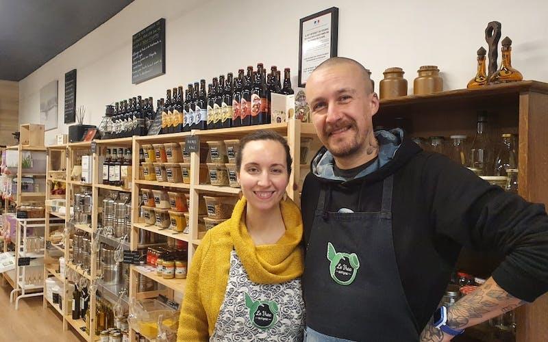 Linda et Nicolas, les gérants du Vrac de Figeac dans leur épicerie