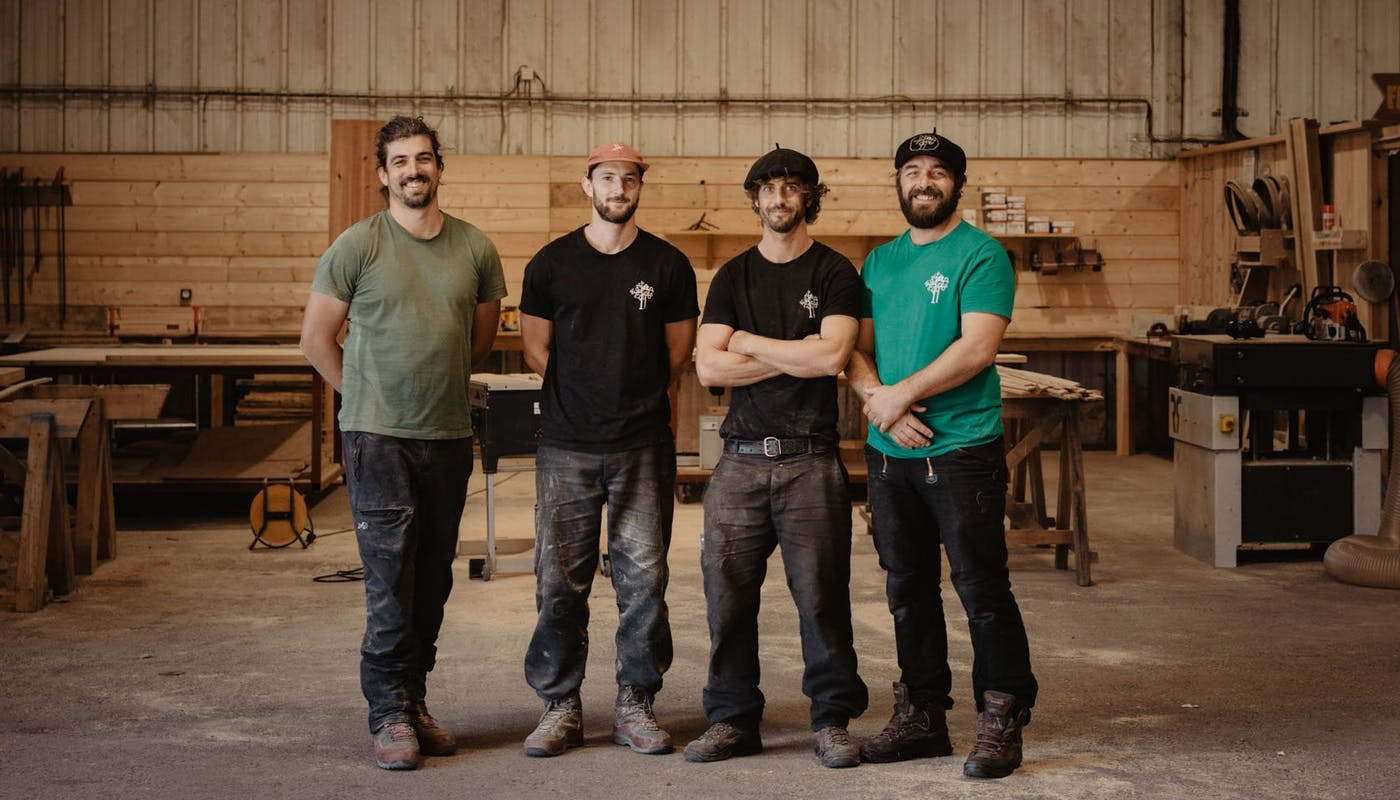 Quatre associés de l'entreprise de charpente traditionnelle Canopée Construction - crédit photo : Lycia Walter - Enercoop Nouvelle-Aquitaine