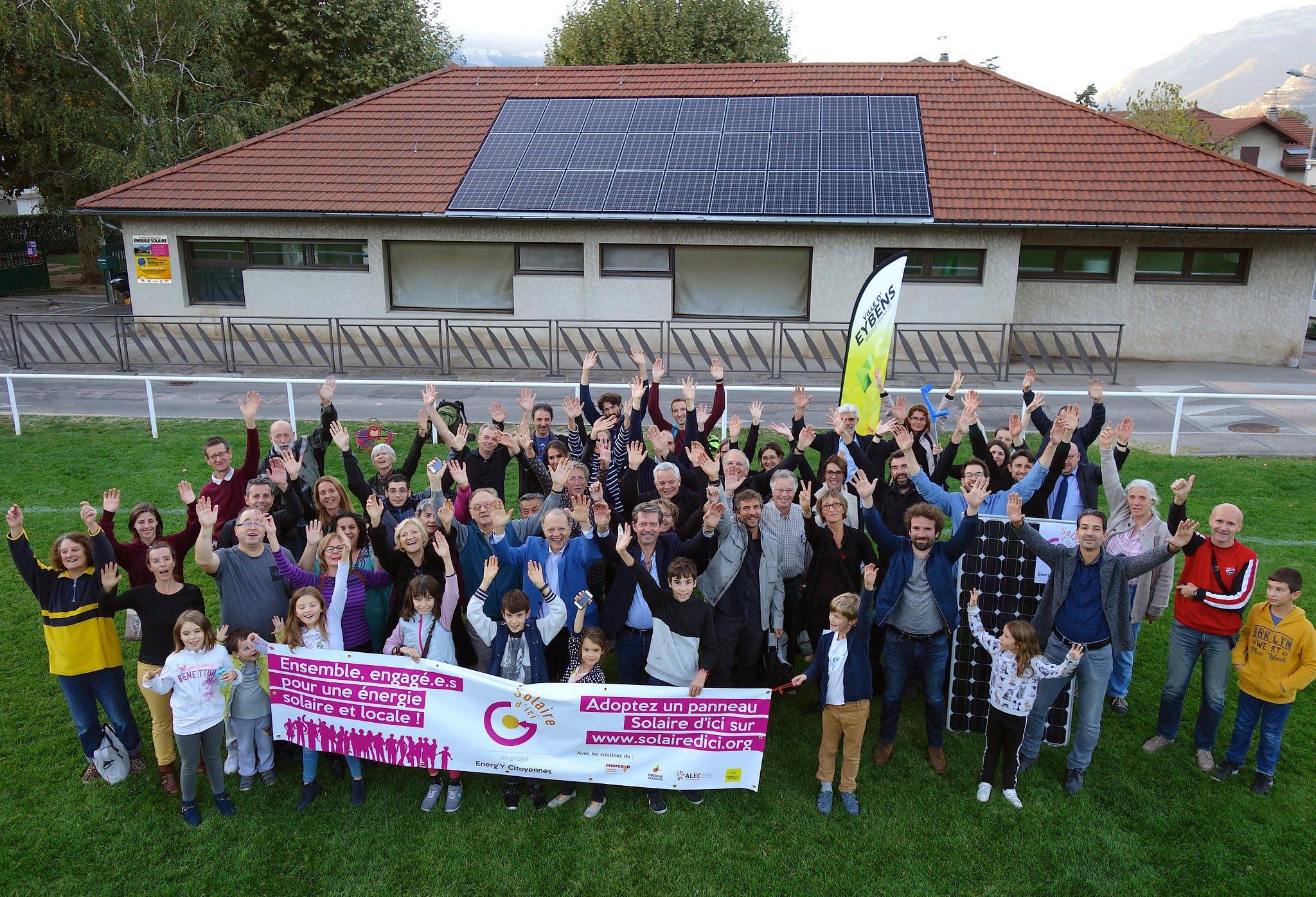 Collectif de citoyen devant un nouveau lieu de producteion d'énergie renouvelable