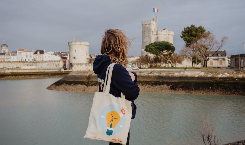 Mathilde, salariée de la coopérative, face au port de la Rochelle - crédit photo : Lycia Walter - Enercoop Nouvelle-Aquitaine