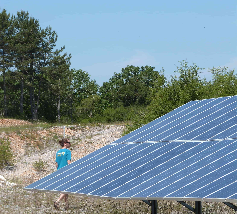 Salarié d'Enercoop Midi-Pyrénées au parc solaire de Combel-Rimat