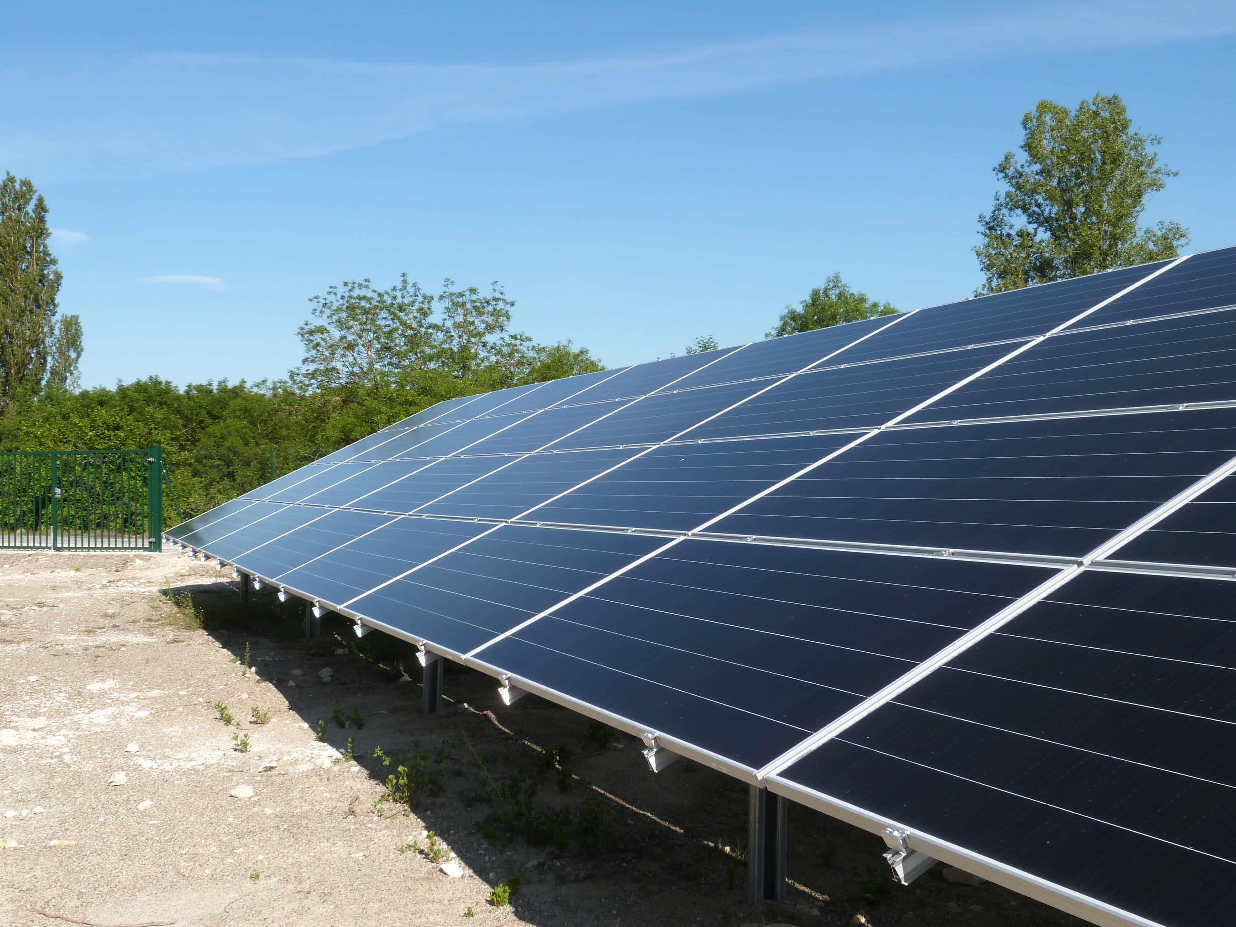 Les panneaux du parc solaire coopératif de Villesèque (46)