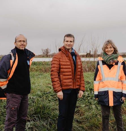 Le Maire de Rochefort entouré des employés du service énergie de l'agglomération de Rochefort Océan à la station de lagunane - Enercoop Nouvelle-Aquitaine