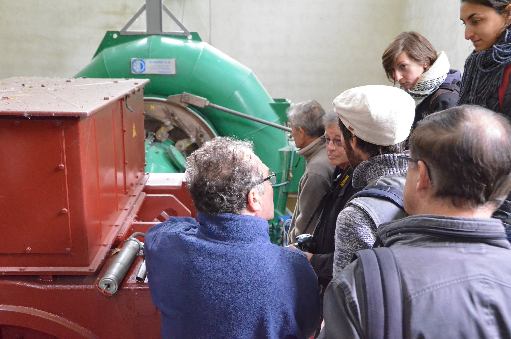 Personnes visitant un site de production Enercoop
