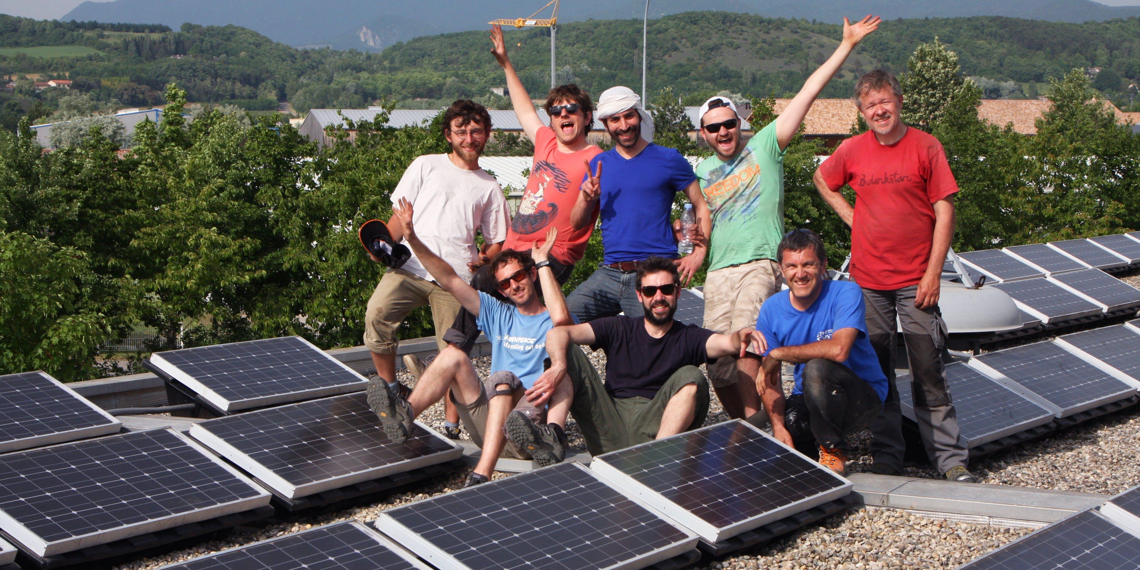Personnes sur le site de production d'énergie photovoltaique