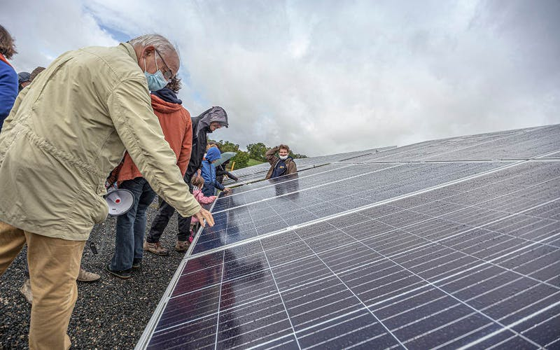 Toucher un panneau solaire Enercoop - parc solaire coopératif de Vayssière à Montfaucon par Enercoop Midi-Pyrénées