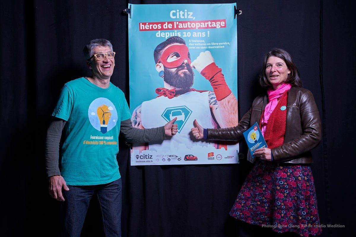 Deux personnes d'Enercoop Midi-Pyrénées et de Citiz Toulouse joyeuses
