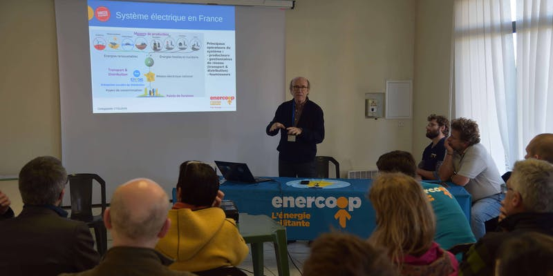 Président d'Enercoop présente la coopérative et le monde de l'énergie lors d'une réunion publique à Cintegabelle