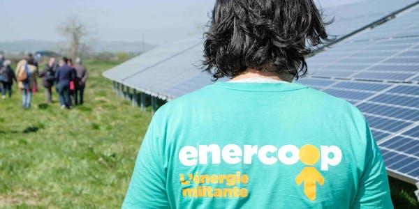 Photo d'une personne de dos avec un tee-shirt Enercoop dans un parc solaire - credit Arthur Perset
