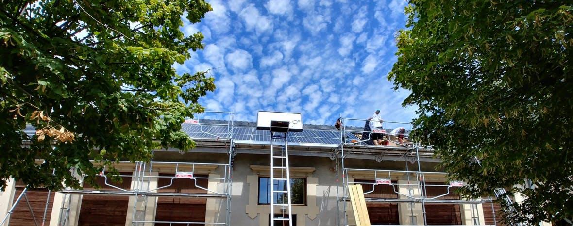 Photo de l'école Monta à Saint-Genève et son toit photovoltaïque