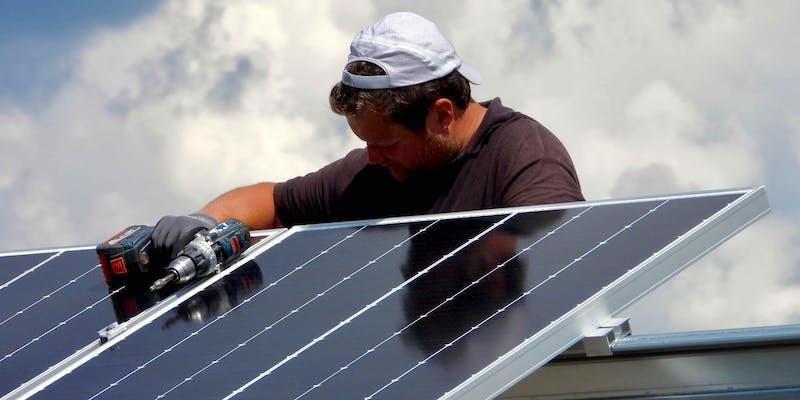 Pose des panneaux solaires au parc solaire de Blars
