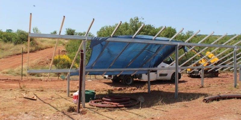 Installation des structures qui vont accueillir les panneaux solaires du parc de Camarès