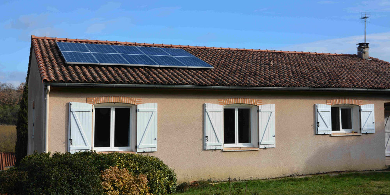Maison avec panneaux solaires en autoconsommation
