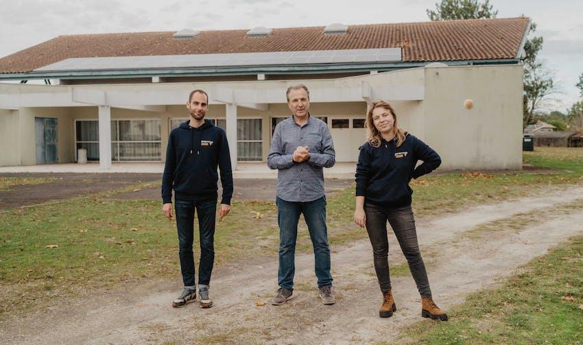 Patrick Sabin, maire d'Escource et président de la SEM TEPOS de la Haute Lande, entouré de salariés d'Enercoop Nouvelle-Aquitaine - crédit photo : Lycia Walter - Enercoop Nouvelle-Aquitaine