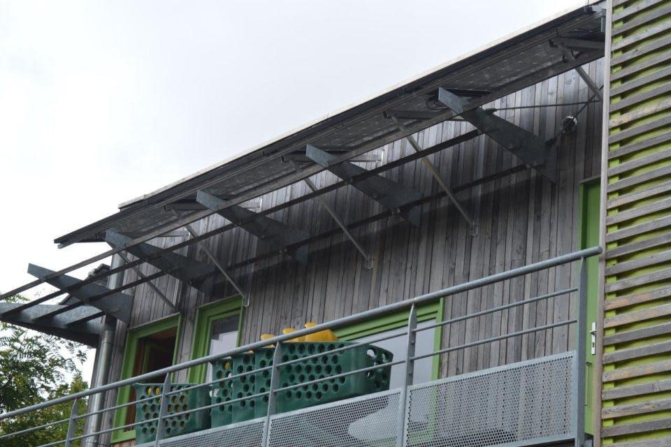 Trente quatre panneaux solaires ont été installés sur le bâtiment du Fournil Bio ; sur les façades ouest et sud et sur le toit.
