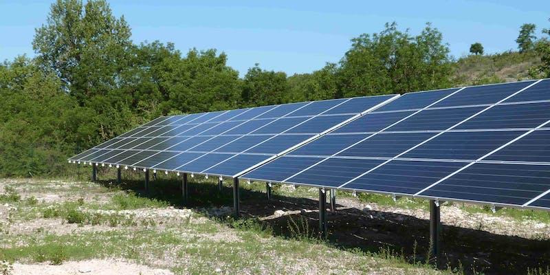 Panneaux solaires au parc solaire de Villesèque