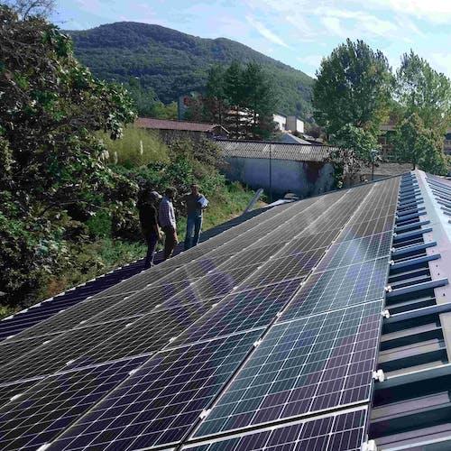 Un toit avec des panneaux photovoltaïque