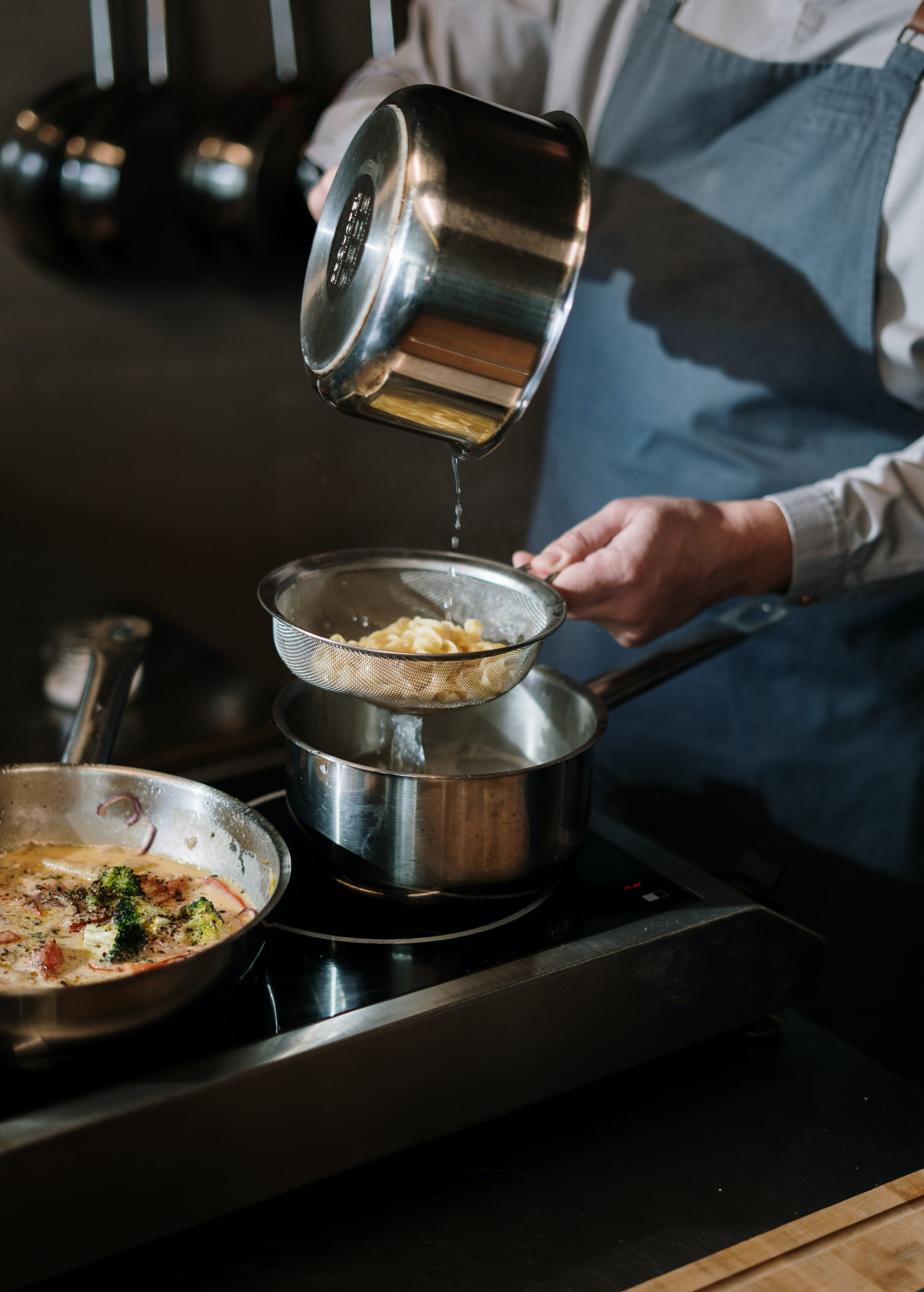 food-preparation-with-strainer-in-a-cloud-kitchen-smartcitykitchens-singapore