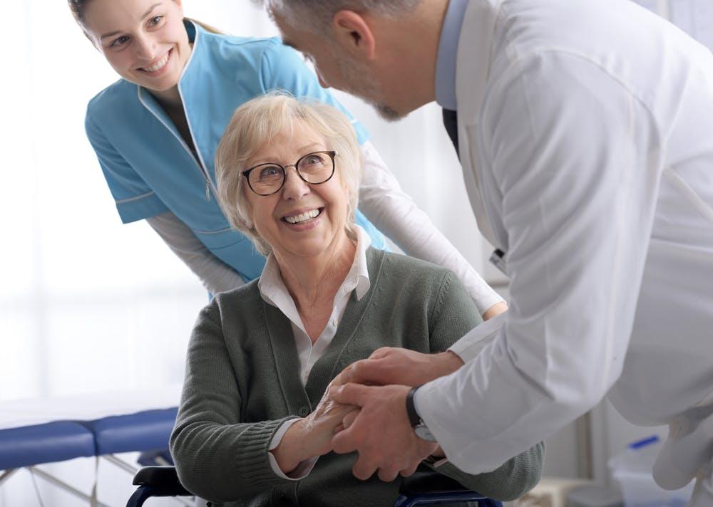 I geriatri consigliano l'assistenza a domicilio grazie ai numerosi benefici per gli anziani.