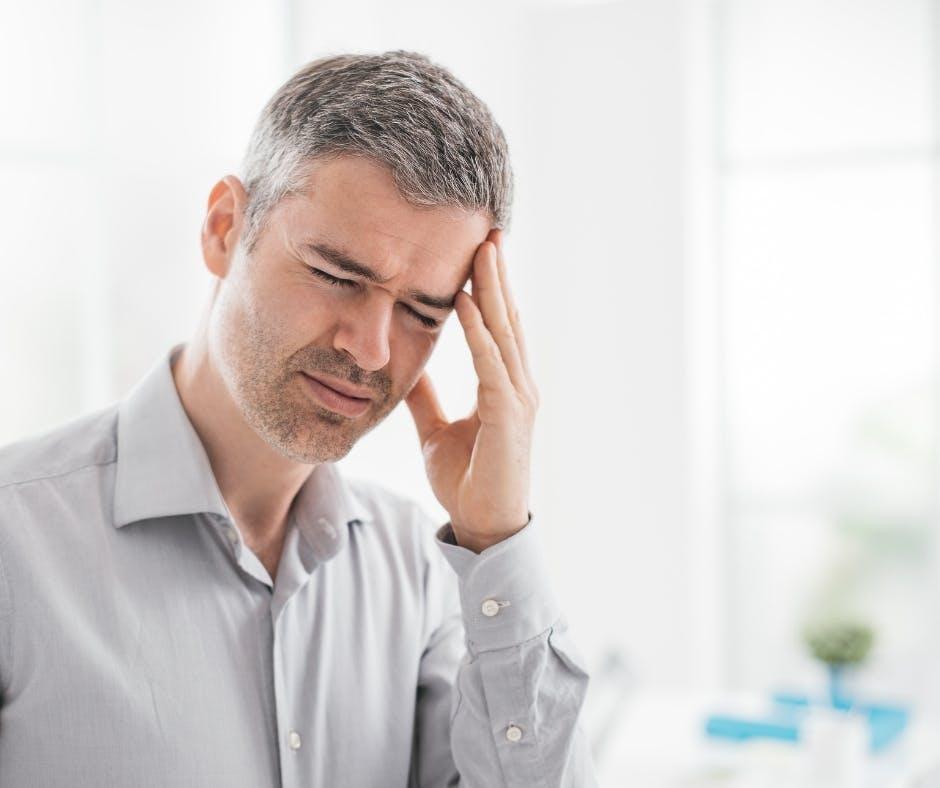Cefalea tensiva, a grappolo o con aurea? Come riconoscere i sintomi del mal di testa.