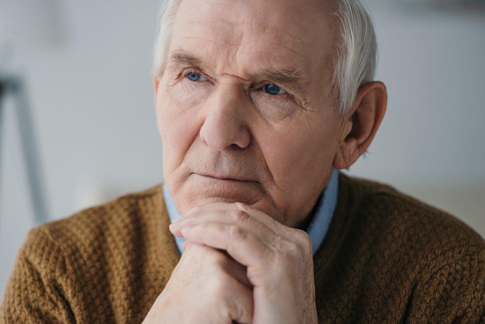 Assistenza per anziani a domicilio o in casa di riposo: come fare la scelta giusta?