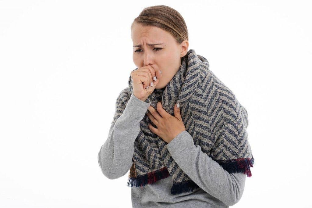 Polmonite atipica, virale o batterica: ecco sintomi e differenze.