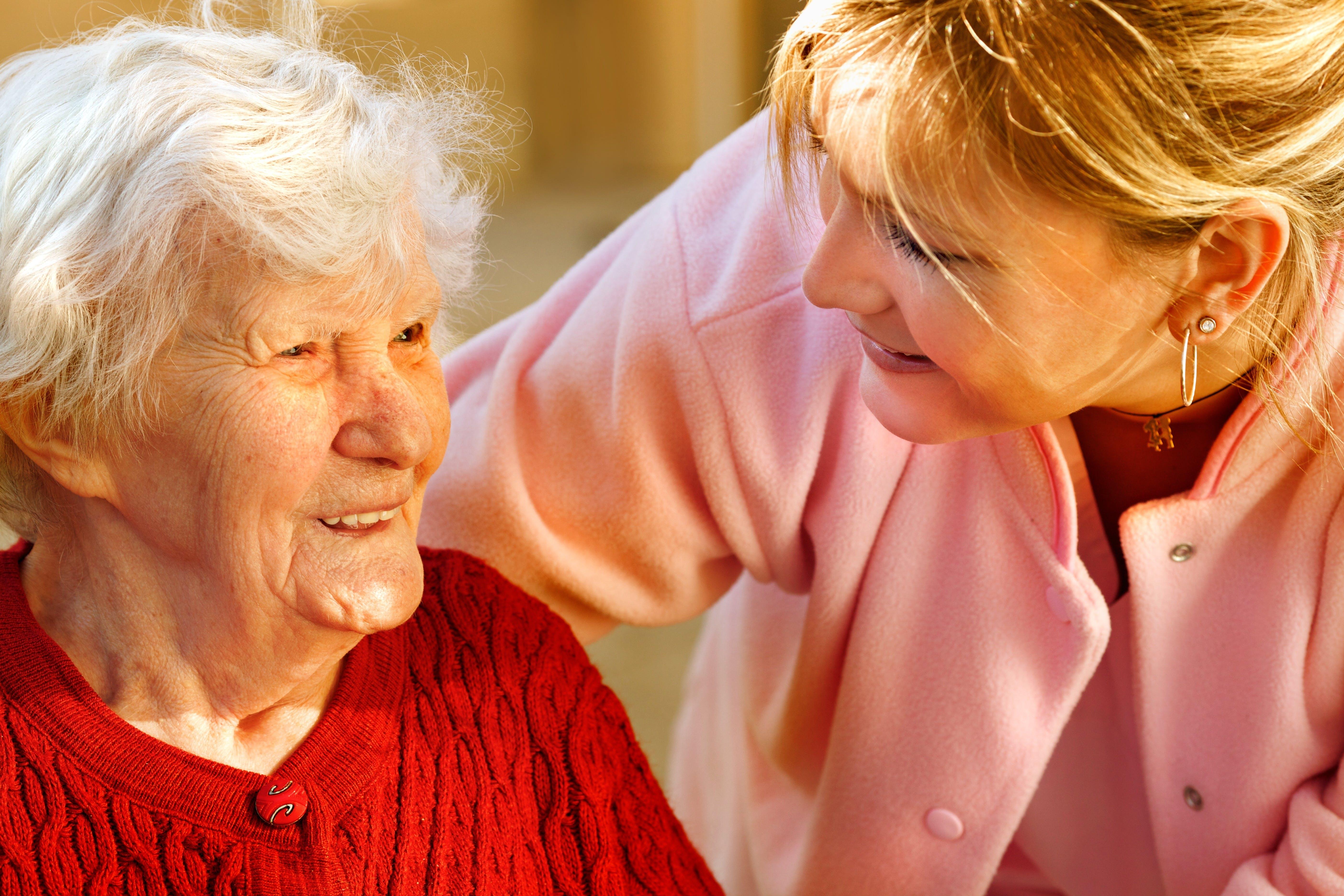 Assistenza anziani a domicilio: l'assunzione della badante