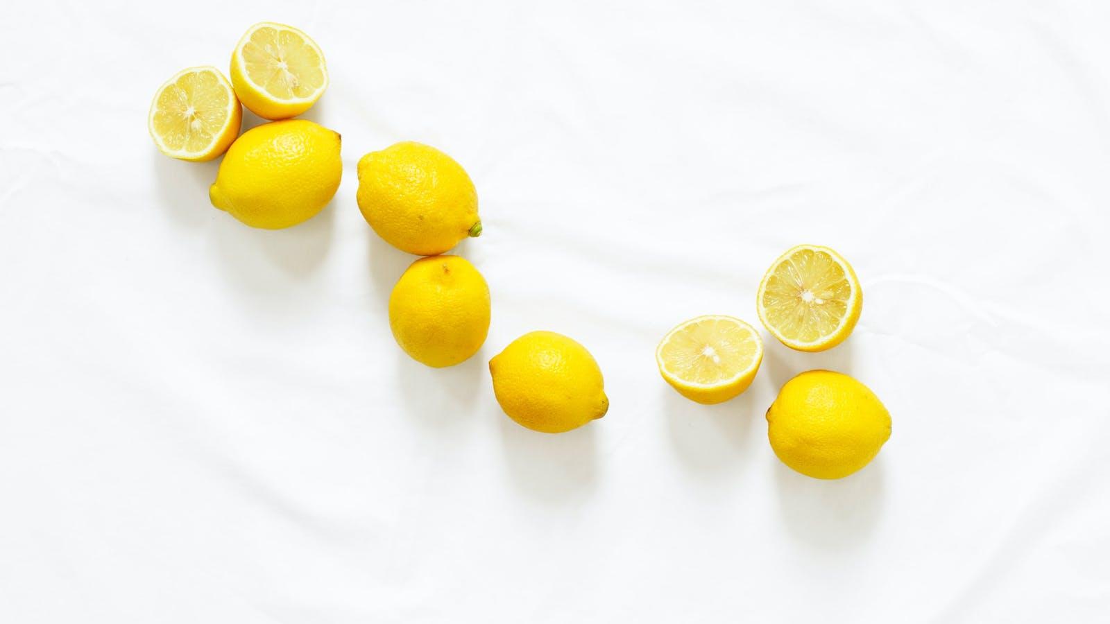 Citrons alignés en couleurs sur fond blanc