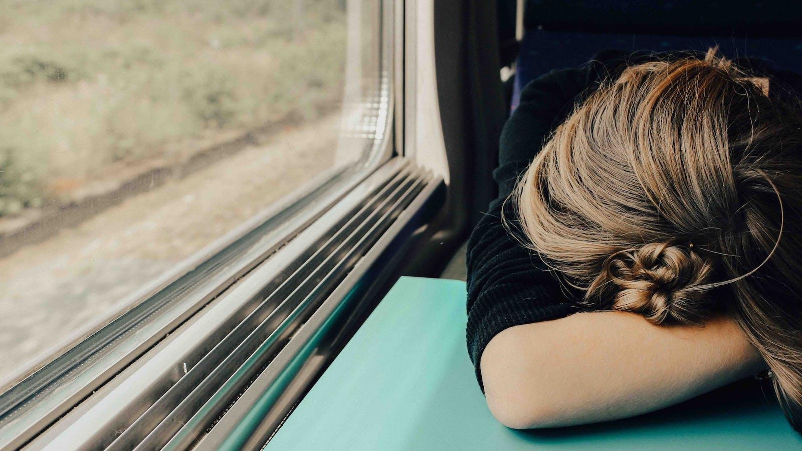 femme fatiguée dans un train