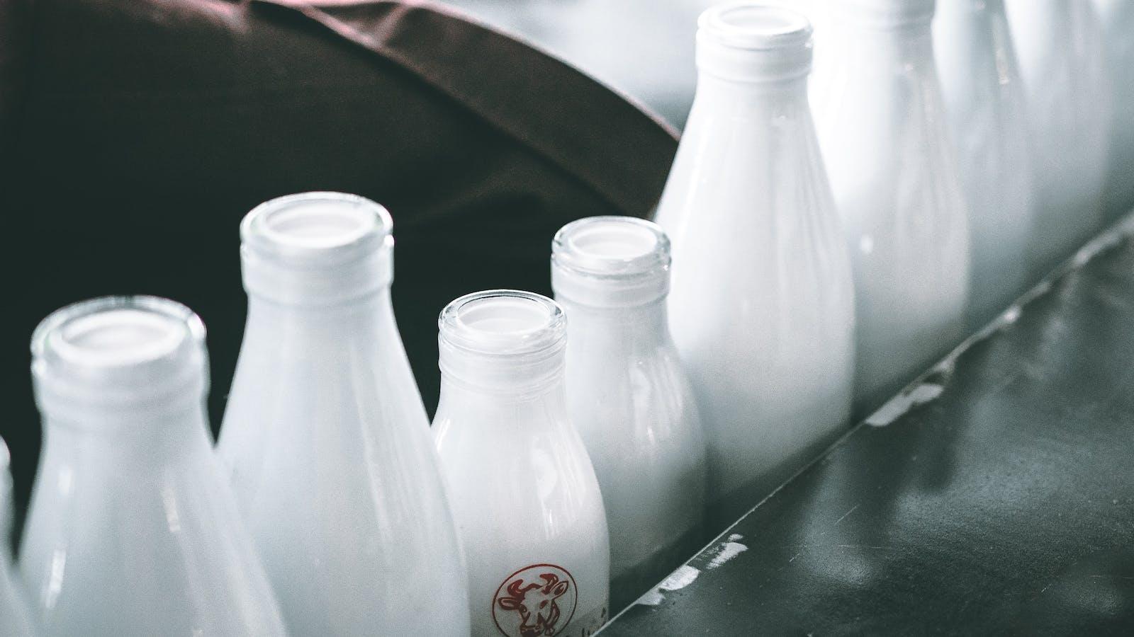 Bouteilles de lait alignées en diagonale