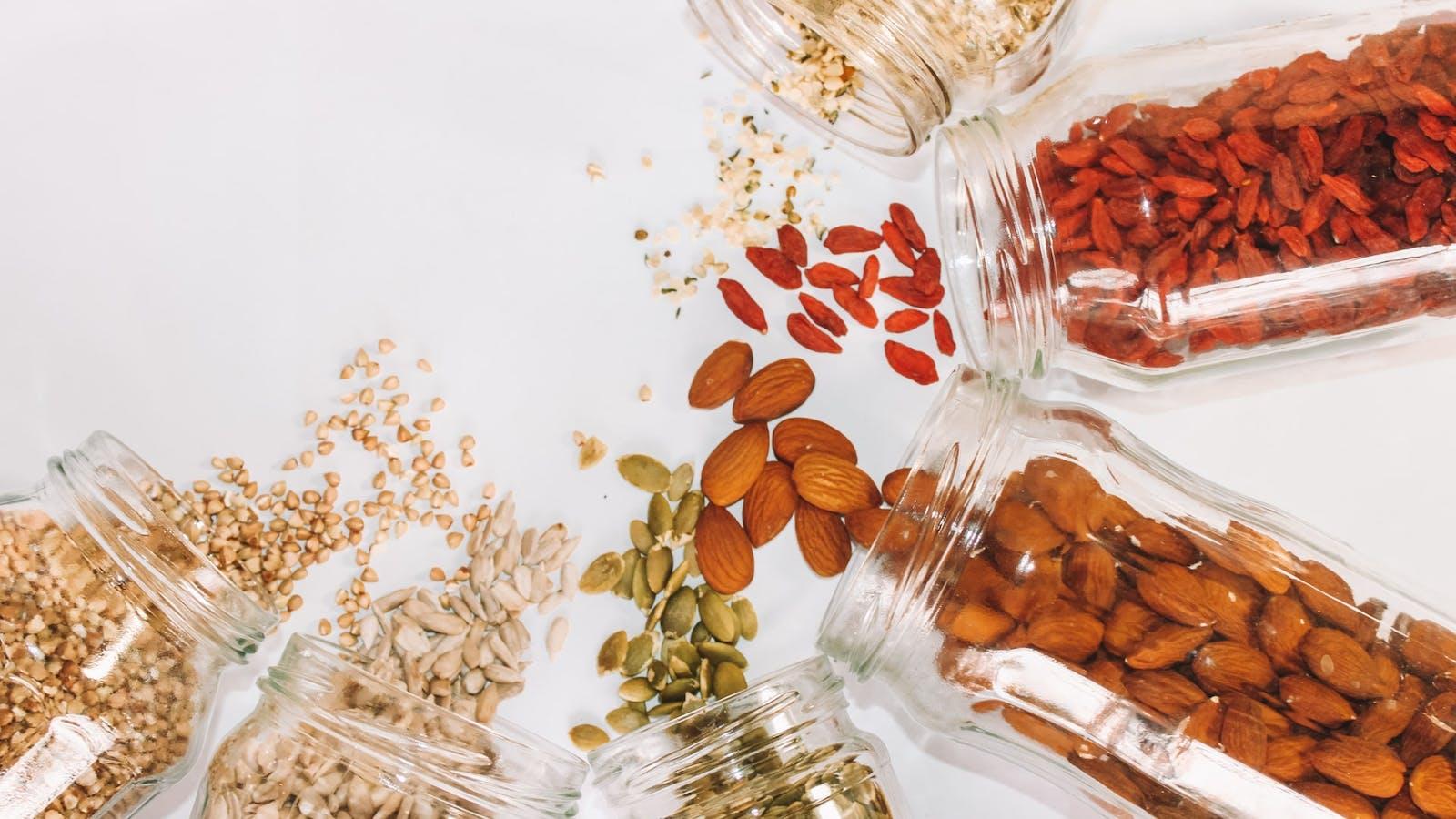 Pots de graines renversés