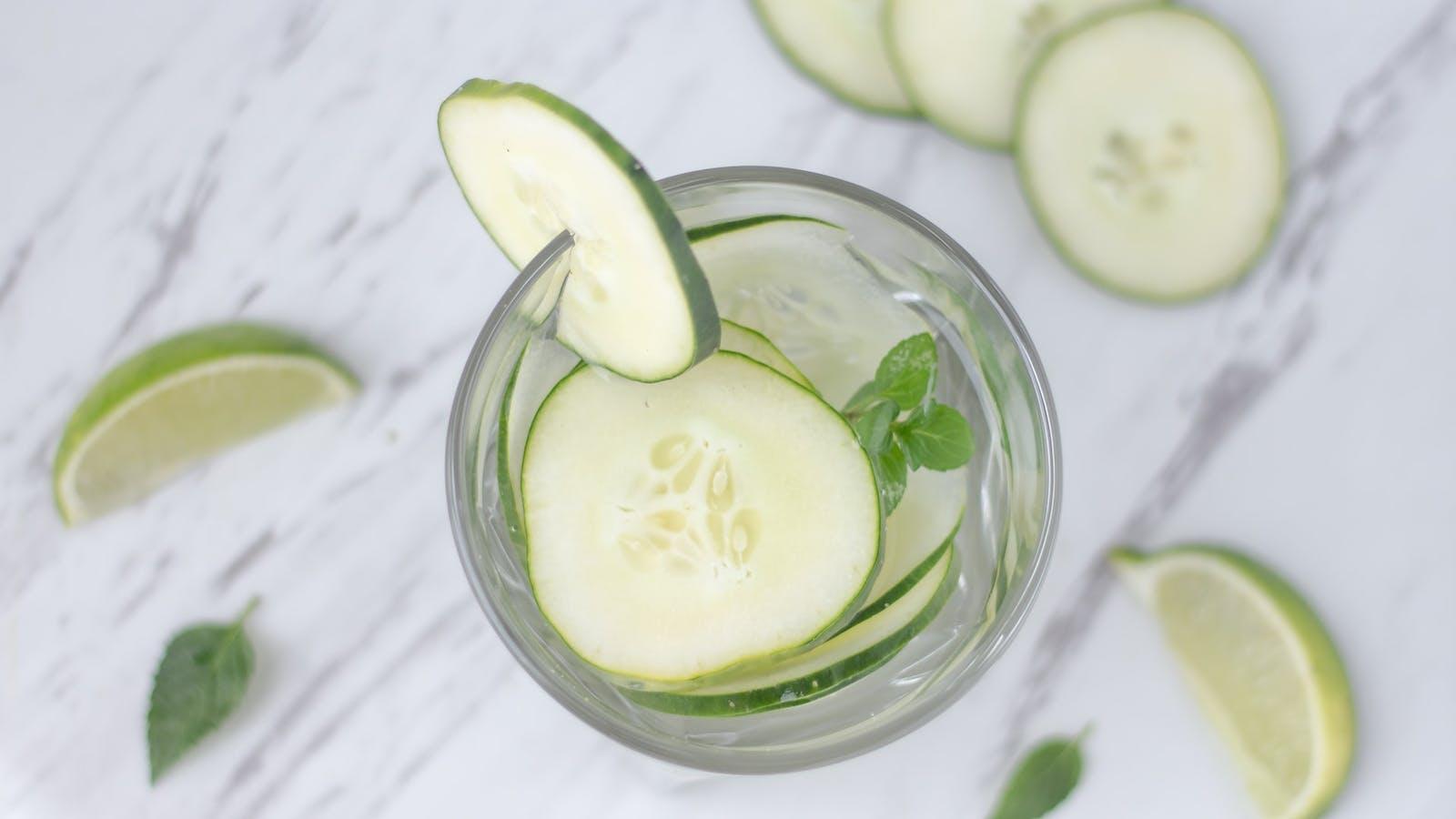 verre d'eau detox au concombre