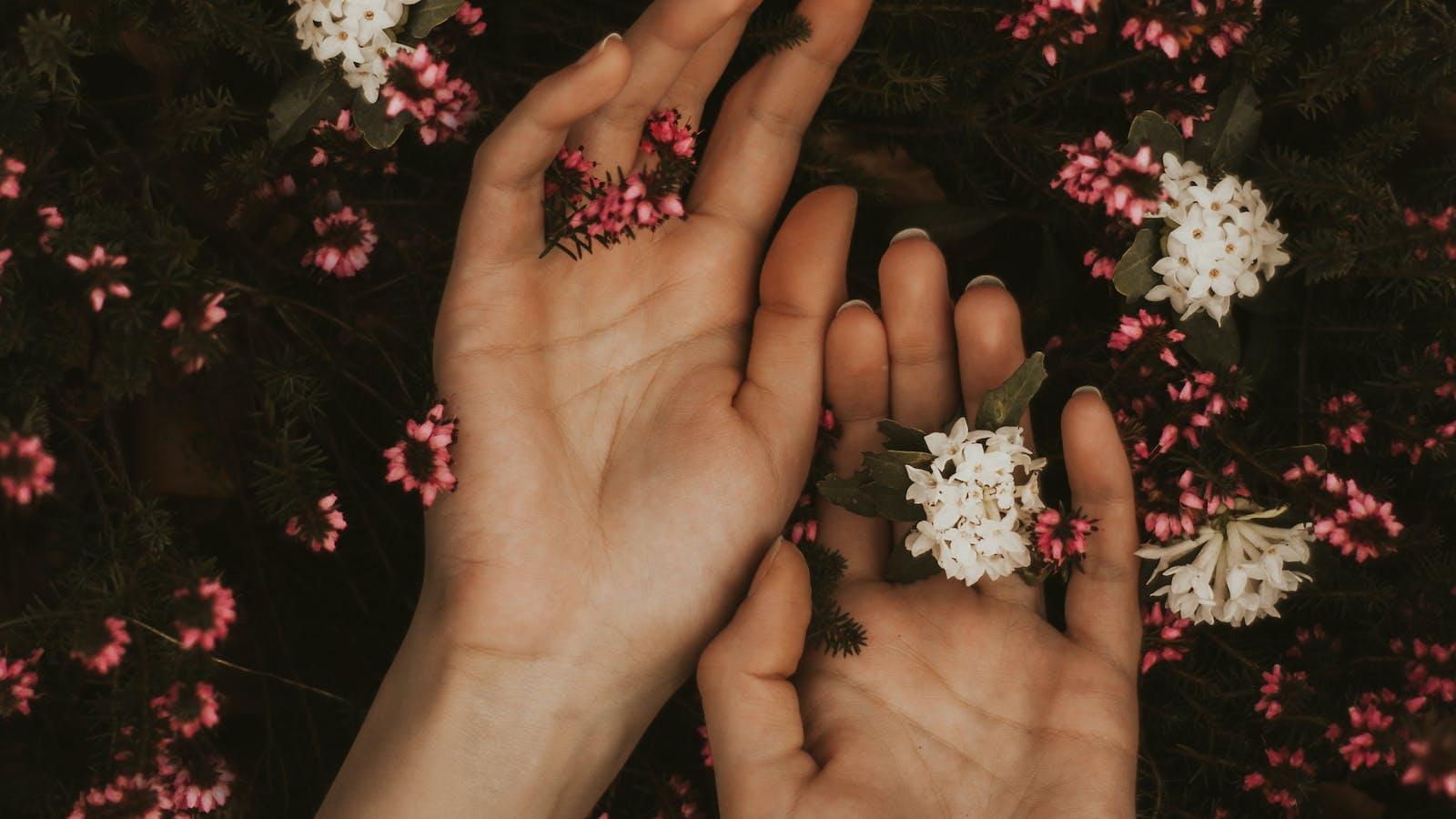 mains dans les fleurs