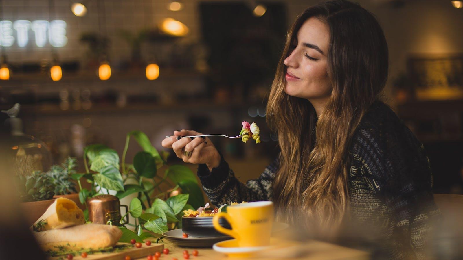 Photo d'une femme en train de manger au restaurant