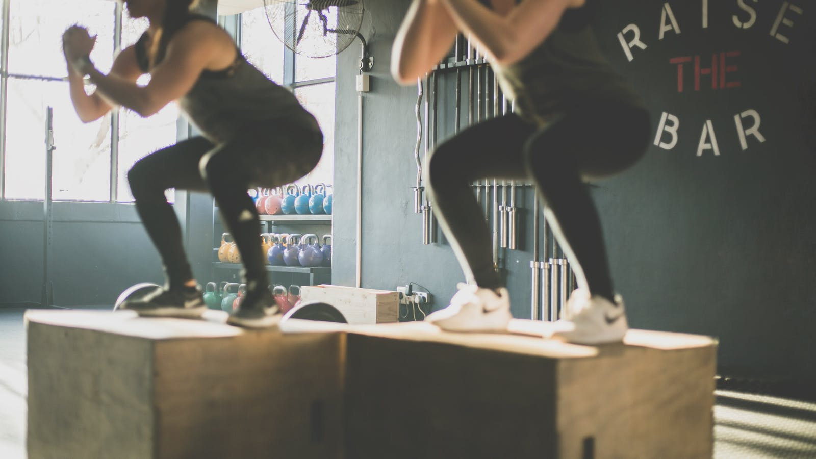 Photos de deux personnes pratiquant des squats