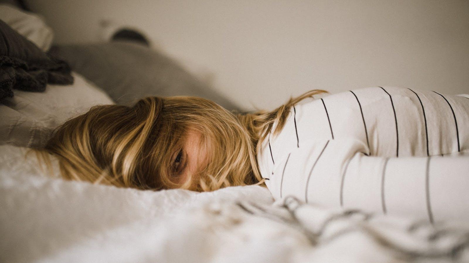 Femme allongée sur un lit en couleurs