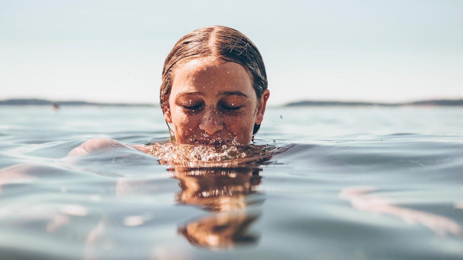 Photo d'une fille dans l'eau en couleurs