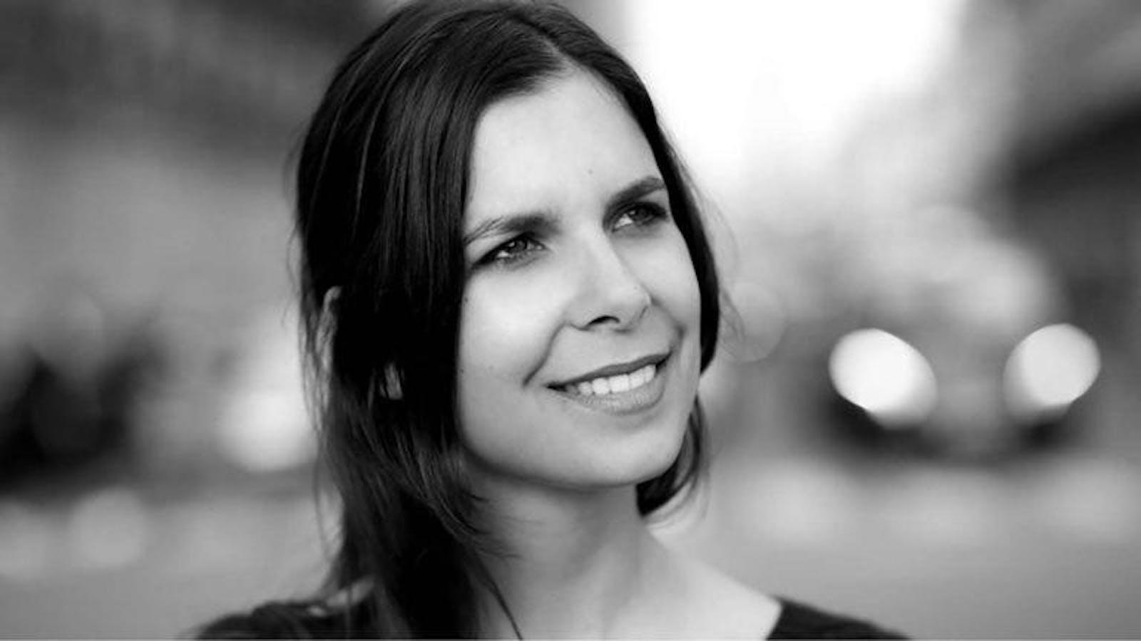 Portrait de Raphaële Marchal en noir et blanc