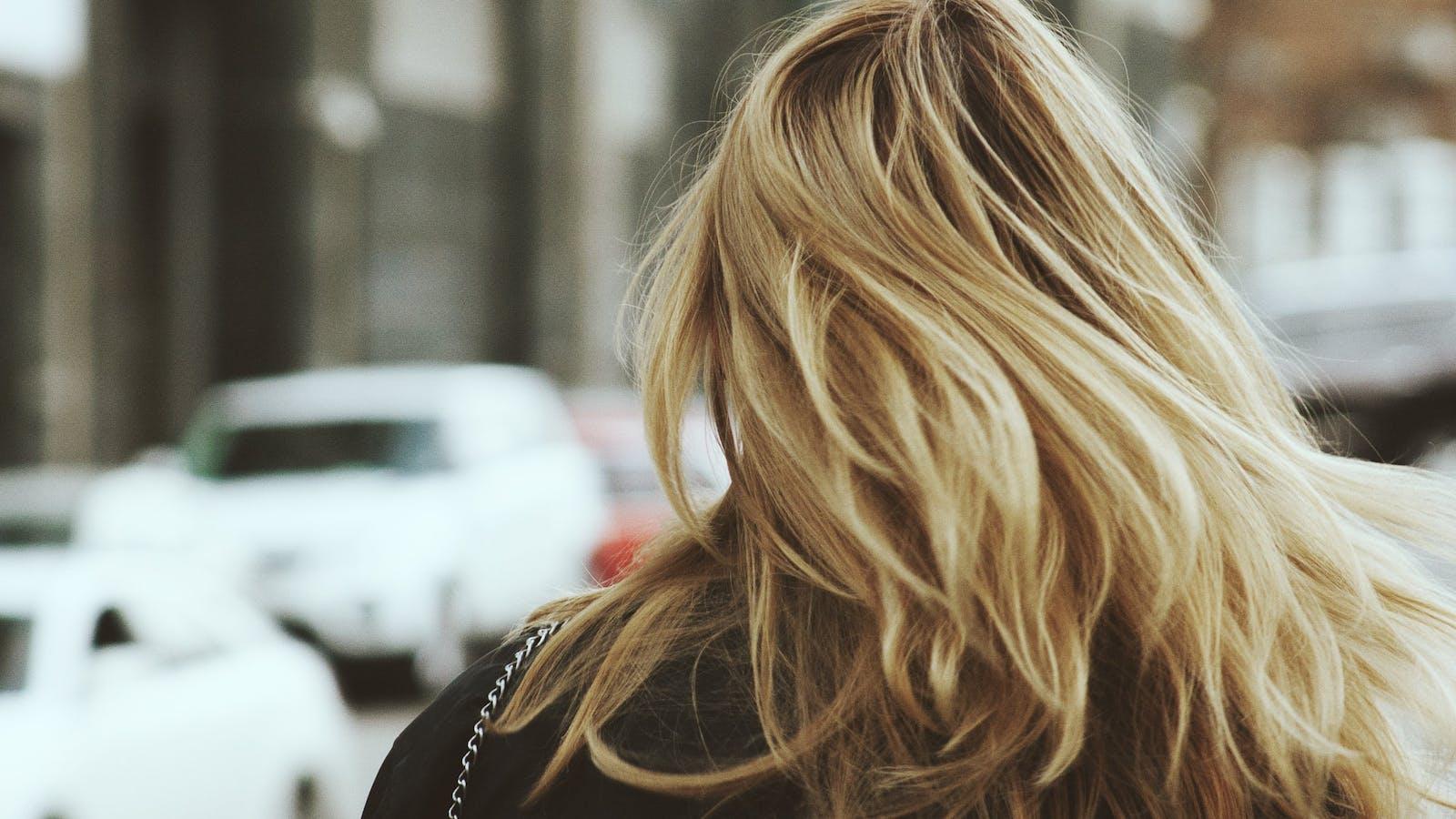 Cheveux blonds d'une femme de dos en couleurs