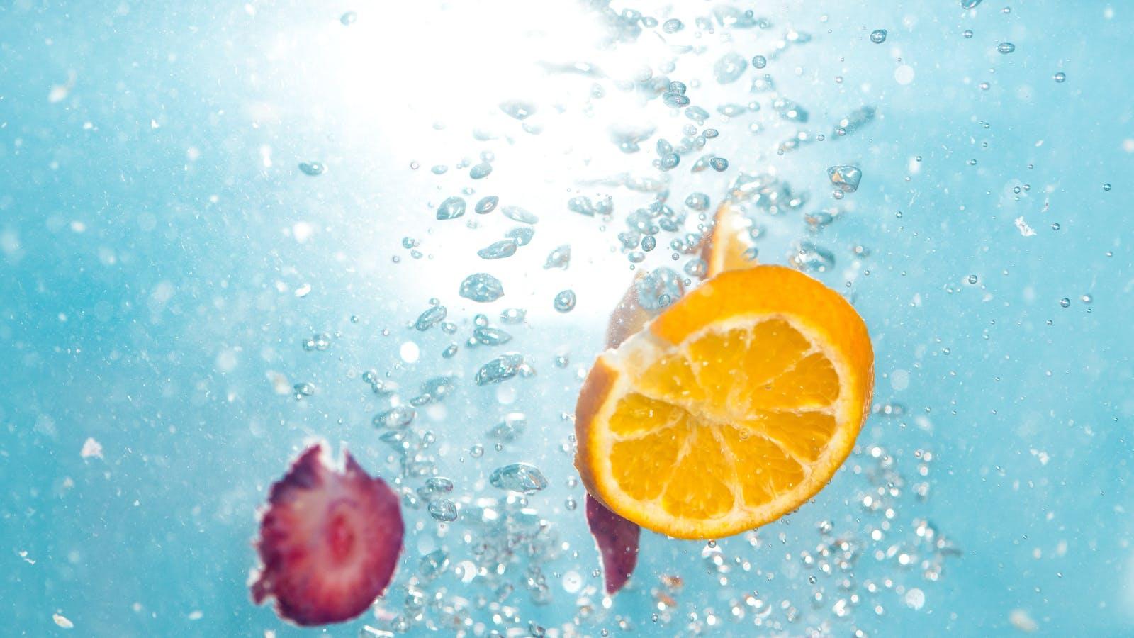 rondelle d'orange dans l'eau