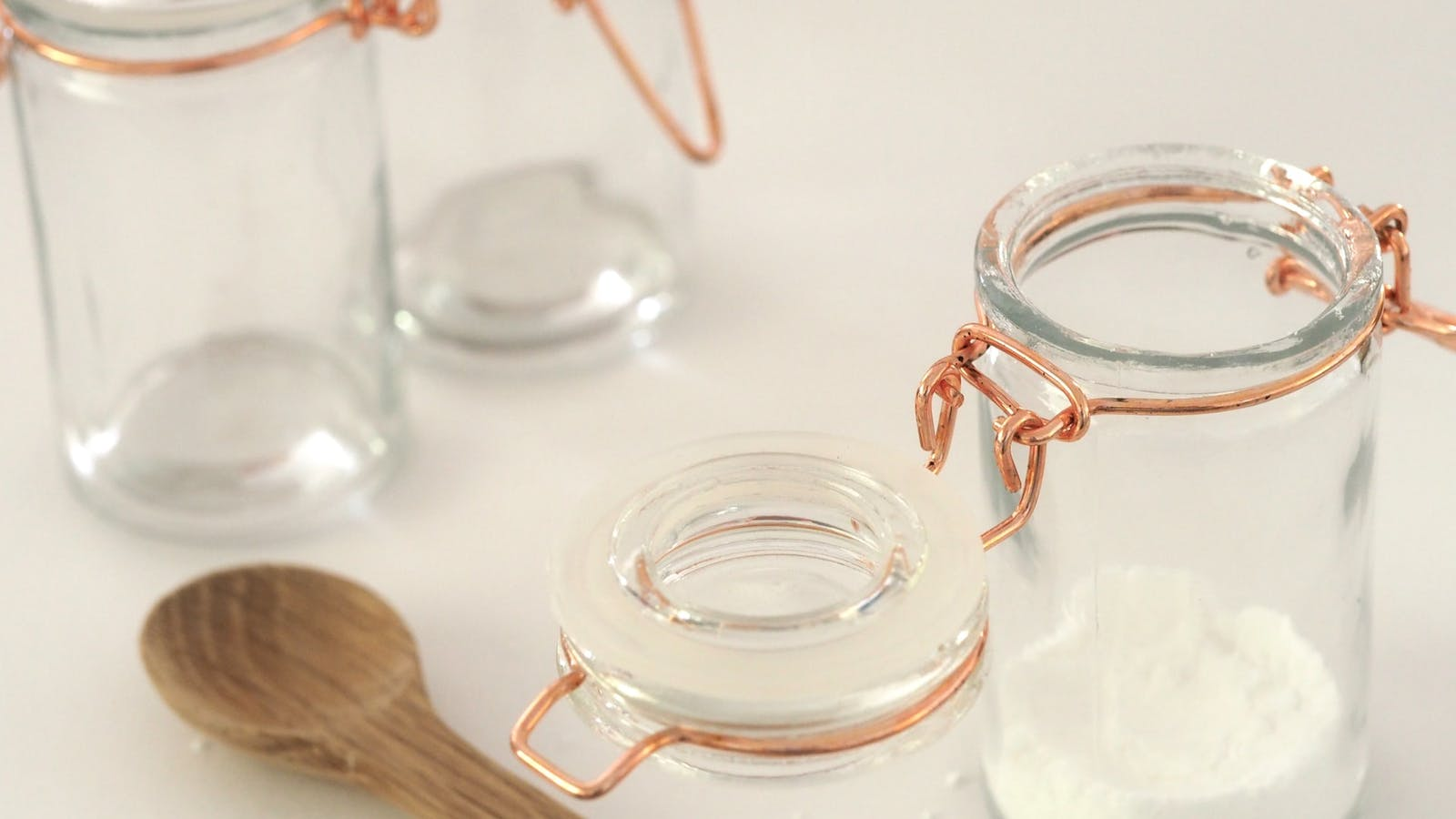 Deux pots en verre contenant du sucre