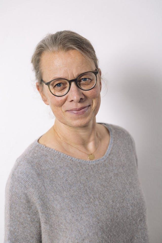 Foto frontal von Praxisinhaberin Bettina Fervers-Marten